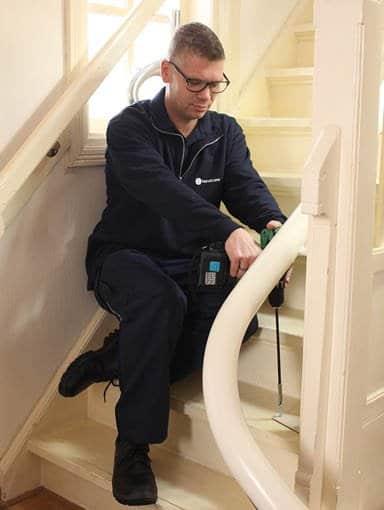 Wartung eines Treppenliftes durch einen Montageexperten