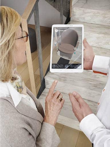 Kundin betrachtet über Treppenlift Technologie VISION neuen Lift